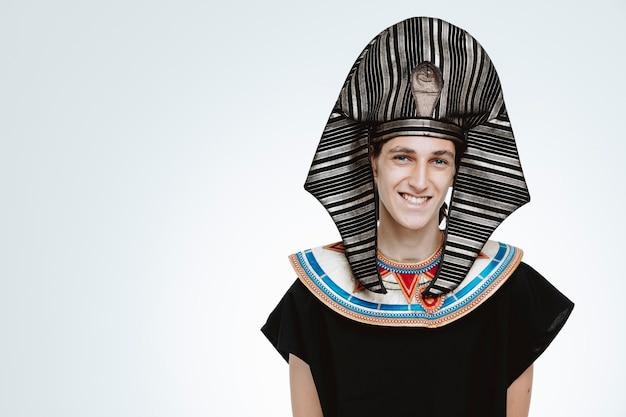 Homme en costume égyptien antique heureux et positif sur blanc