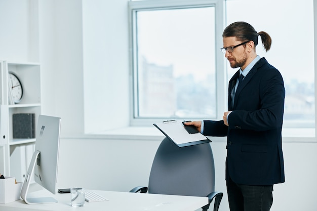 L'homme en costume émotions tête de travail documents ordinateur