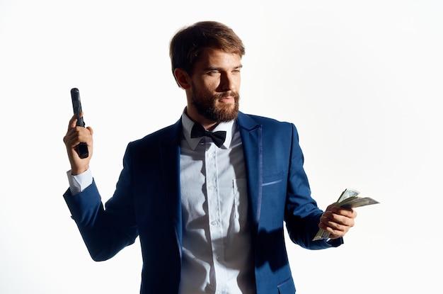 Homme en costume finance succès fond clair