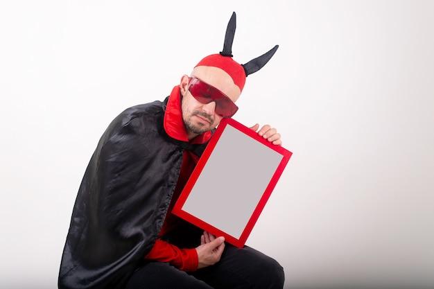 Homme en costume d'halloween démontrant plaque signalétique vide