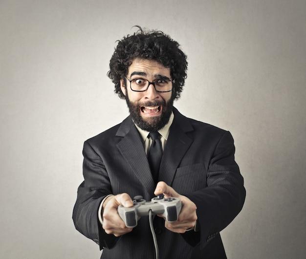 Homme en costume jouant sur un jeu vidéo