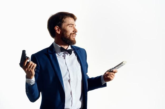 Un homme en costume master gun holding money mafia.
