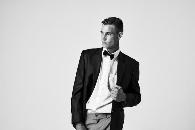 Homme en costume noeud papillon style élégant posant. photo de haute qualité