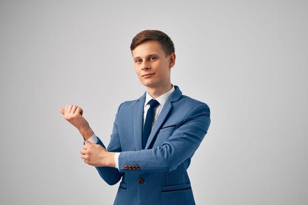 Homme en costume officiel de studio de confiance en soi