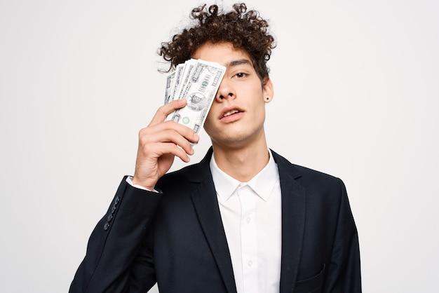 Homme en costume un paquet d'argent entre les mains d'un homme d'affaires la confiance en soi. photo de haute qualité