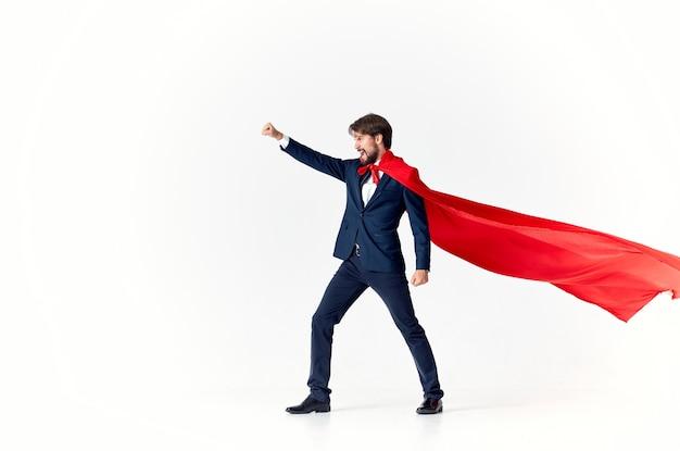 Homme en costume avec protection de puissance de super-héros manteau rouge