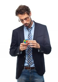 L'homme avec le costume de résoudre un cube rubik