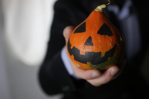Homme en costume avec tête de citrouille concept halloween