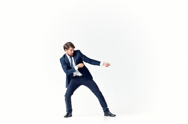 Un homme en costume tire une corde sur un fond clair en pleine croissance