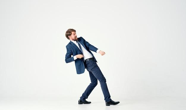 Un homme en costume tire une corde sur une lumière en pleine croissance.