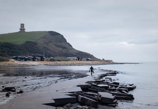 L'homme sur la côte du patrimoine de purbeck à swanage, royaume-uni