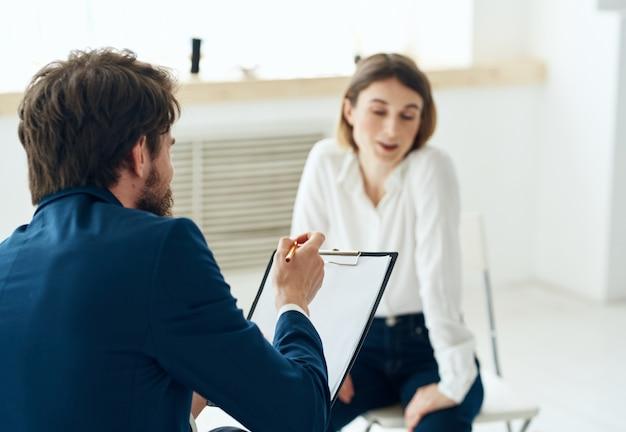 L'homme à côté d'une femme communication discussion consultation problèmes mentaux