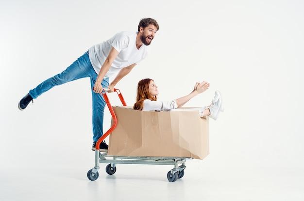 L'homme à côté de la femme supermarché lifestyle fun fond clair. photo de haute qualité