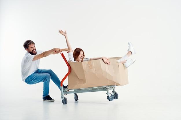 Homme à côté de la femme transport maritime dans une boîte fond isolé. photo de haute qualité