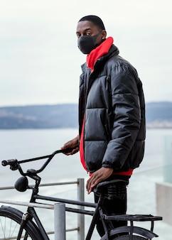 L'homme de côté et sa bicyclette