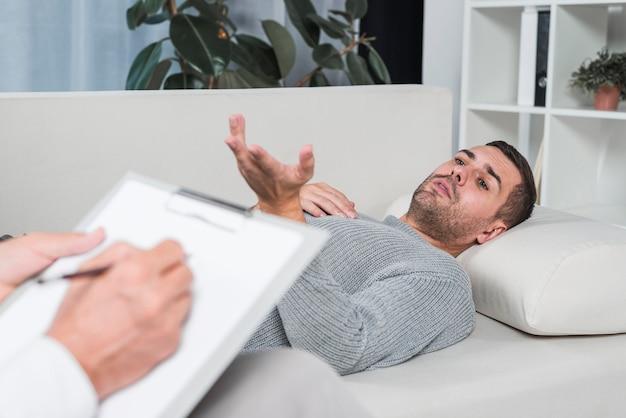 Homme couché sur un divan