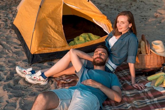 Homme couché sur les genoux de sa petite amie