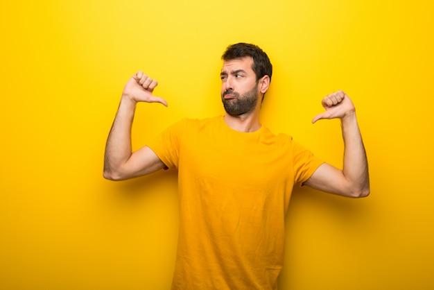 Homme sur la couleur jaune vibrant isolé fier et satisfait de soi-même concept de l'amour