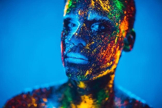 Homme couleur poudre fluorescente.