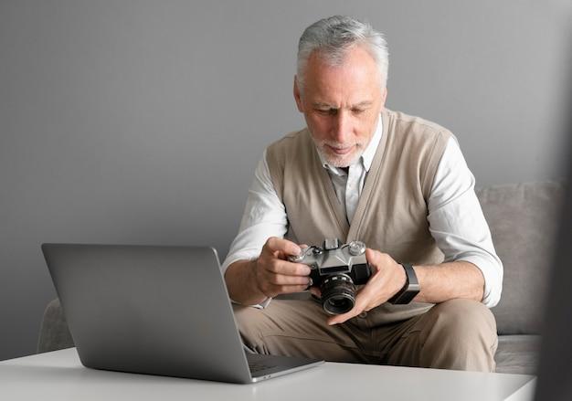 Homme de coup moyen avec appareil photo