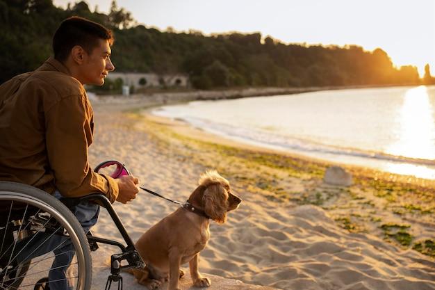Homme de coup moyen avec chien