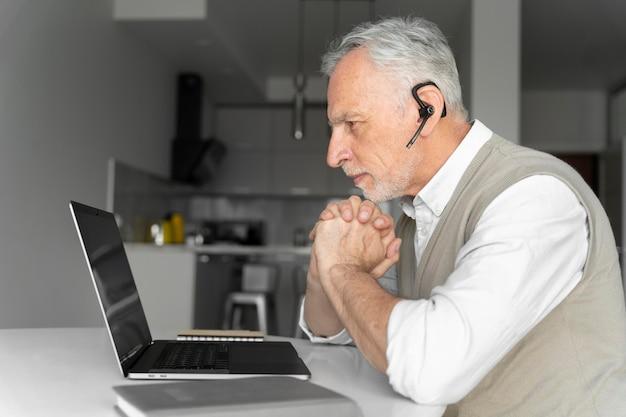 Homme de coup moyen avec écouteur