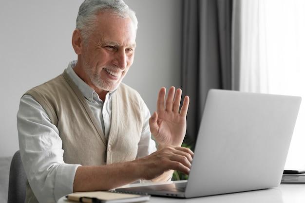Homme de coup moyen forme un ordinateur portable
