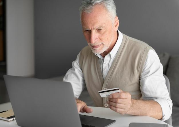 Homme de coup moyen avec ordinateur portable et carte