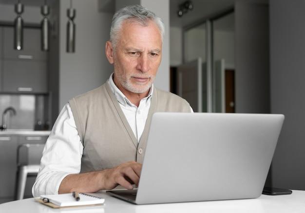Homme de coup moyen avec ordinateur portable