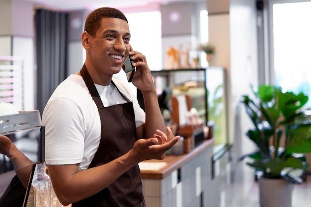 Homme de coup moyen parlant au téléphone