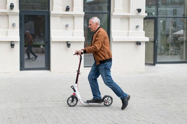 Homme de coup moyen sur scooter