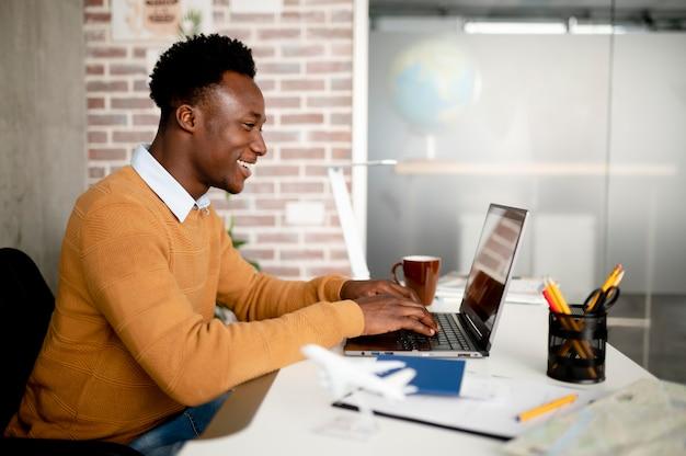 Homme de coup moyen tapant sur un ordinateur portable