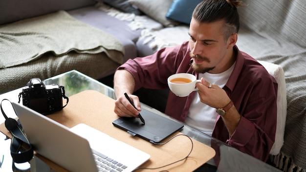 Homme de coup moyen avec une tasse de café
