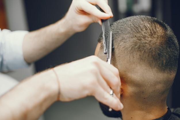 Un homme coupe les cheveux dans un salon de coiffure