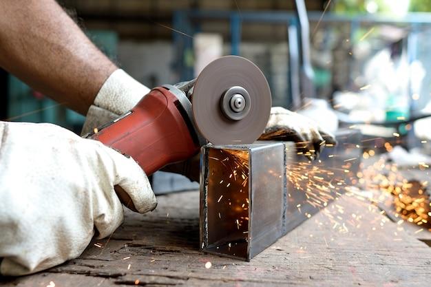 Homme coupé en métal