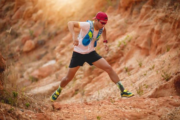 Un homme coureur de trail