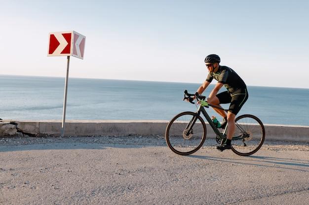Homme de coureur de vélo de route professionnel en action sur route de montagne
