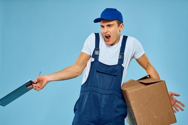 Homme de courrier avec boîte en carton sur bleu