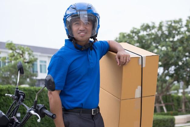 Homme de courrier et service de livraison à moto