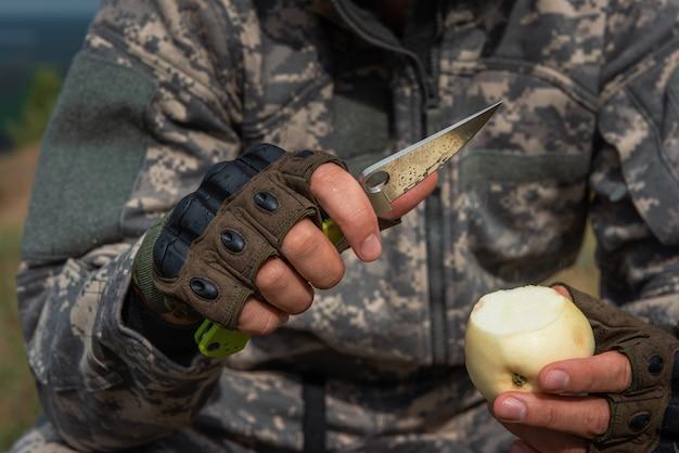 Un homme avec un couteau dans la forêt