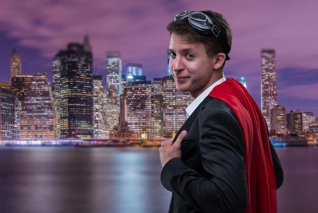 Homme avec couverture rouge