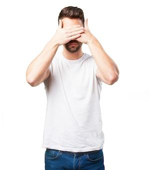 L'homme couvrant ses yeux avec sa main