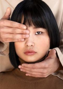 Homme couvrant les yeux de la femme
