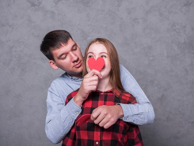 Homme, couvrir, figure femme, à, coeur papier