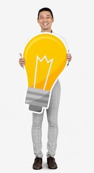 Homme créatif montrant une icône d'ampoule
