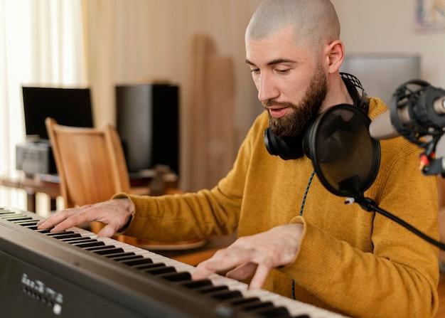 Homme créatif pratiquant une chanson à la maison