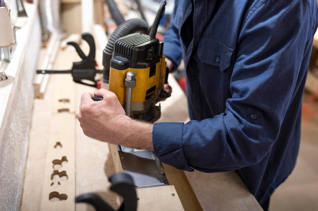 Homme créatif travaillant dans un atelier de bois
