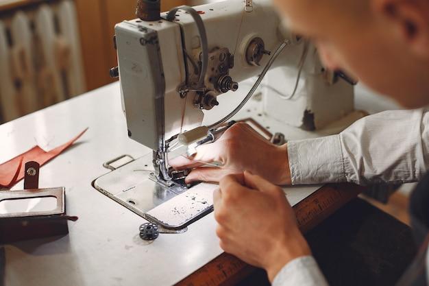 L'homme crée des articles en cuir