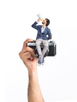 Homme criant et assis sur caméra