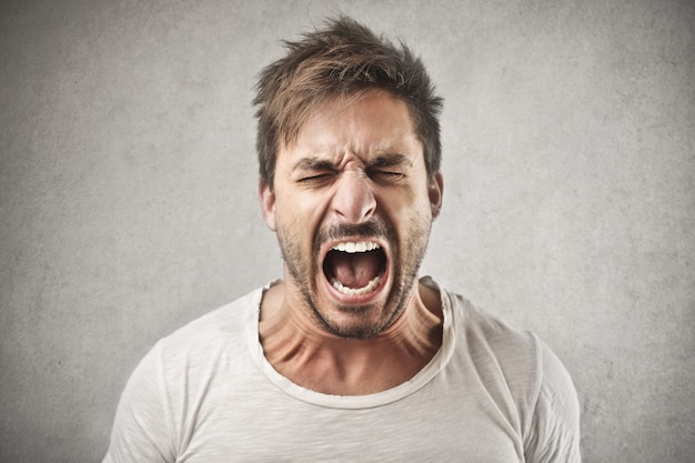 Homme criant en colère